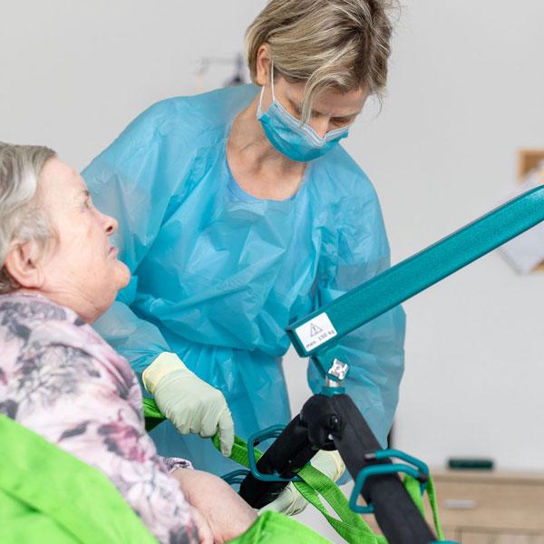 Heben eines Intensivpflege-Patienten, ASKIR — Pflegedienst Dresden